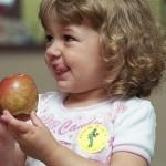 bimba che mangia mela
