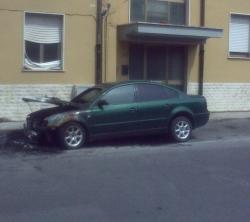 auto rumena incendiata viareggio