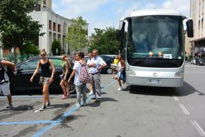 Foto arrivo ballerini in bus FB14