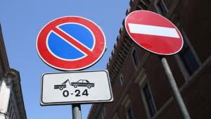 Multe contravvenzioni cartelli stradali divieto sosta