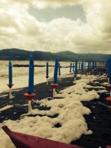 schiuma spiaggia marina di carrara