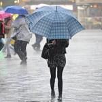 Maltempo in Toscana, turisti si riparano dalla pioggia in Piazza della Signoria, 05 novembre 2014 a Firenze. ANSA/MAURIZIO DEGL INNOCENTI