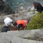 Un momento dei soccorsi dopo la frana sulla Via dell'Amore tra Rio Maggiore e Manarola, che ha provocato 4 feriti tra i frequentatori del celebre sentiero delle Cinque Terre, 24 settembre 2012, a Manarola. ANSA/ LUCA ZENNARO