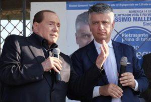 Il leader di Forza Italia Silvio Berlusconi durante il comizio a Marina di Pietrasanta (Lu) a sostegno del candidato sindaco Massimo Mallegni (d), 06 giugno 2015. ANSA/ RICCARDO DALLE LUCHE